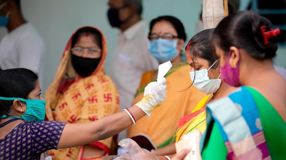India supera los 300 mil casos diarios de COVID-19 e impone nuevo récord de muertos - Toma de temperatura en India para detectar casos de COVID-19. Foto de EFE