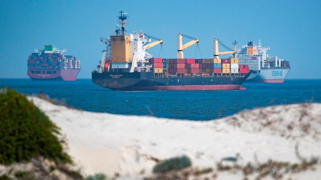 Atasco en Canal de Suez afecta aún a 119 barcos tras una semana desbloqueado - Tráfico marítimo en el Canal de Suez. Foto de EFE