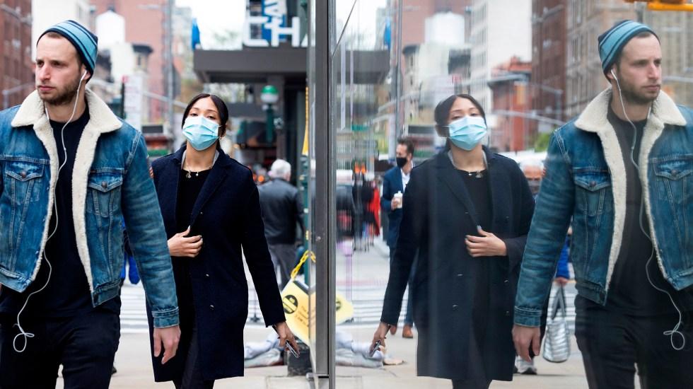 Personas ya vacunadas contra COVID-19 pueden dejar de usar cubrebocas en exteriores: CDC - Transeúntes en EE.UU. durante pandemia de COVID-19. Foto de EFE