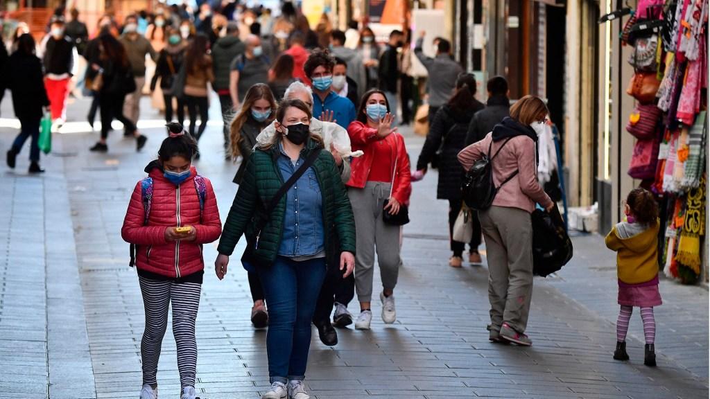 """OMS presenta propuestas para un mundo postcovid """"más justo y sano"""" - Transeúntes en Italia durante pandemia de COVID-19. Foto de EFE"""