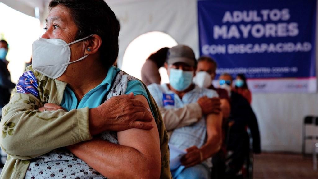 México requiere un plan equitativo para cumplir con la meta de vacunación, advierten especialistas - Jornada de vacunación de adultos mayores. Foto de EFE