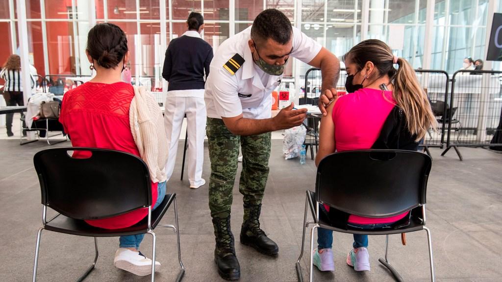 Usuarios podrán localizar centros de vacunación en Google Maps - Vacunación contra COVID-19 de maestros en Coahuila. Foto de EFE