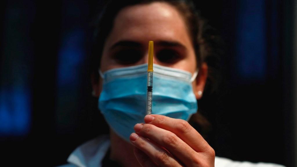 OMS no logra objetivo de iniciar la vacunación en todo el mundo en 100 días - Vacunación contra COVID-19 en Francia. Foto de EFE