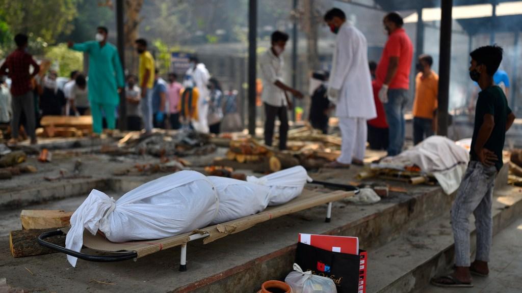 India supera las 200 mil muertes tras nuevo récord de cifras por COVID-19 - Víctimas de COVID-19 en India. Foto de EFE
