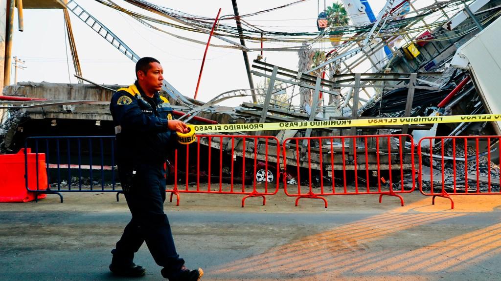 Suman 26 muertos por desplome de Línea 12 del Metro - Acordonamiento de la zona donde cayeron dos vagones de la Línea 12 del Metro. Foto de EFE