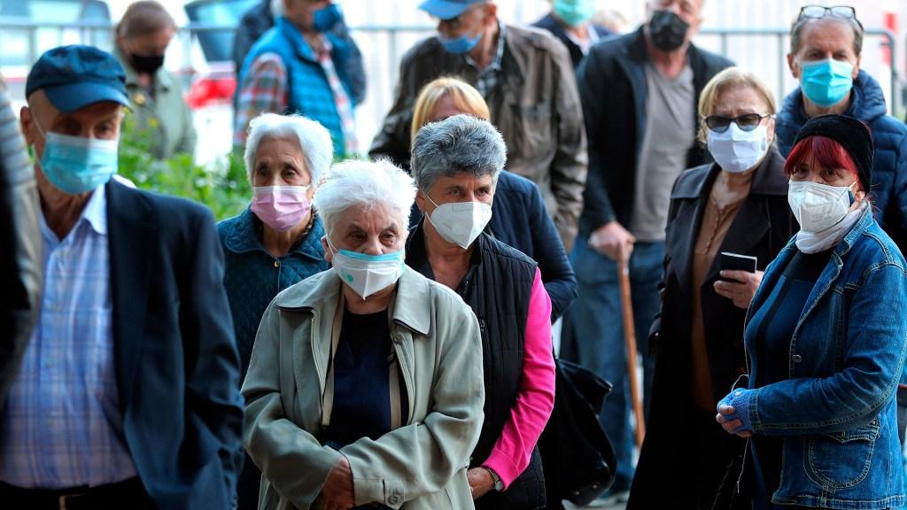 Casos y muertes por COVID-19 se estabilizan, pero a un nivel muy alto - Adultos mayores en espera de la vacuna contra COVID-19 en Sarajevo. Foto de EFE