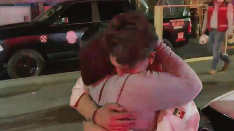 """#Video Sobreviviente detalla colapso en Metro; """"me aventé por la puerta"""", narra - Alejandro abraza a su madre tras sobrevivir a colapso en Línea 12 del Metro. Captura de pantalla"""