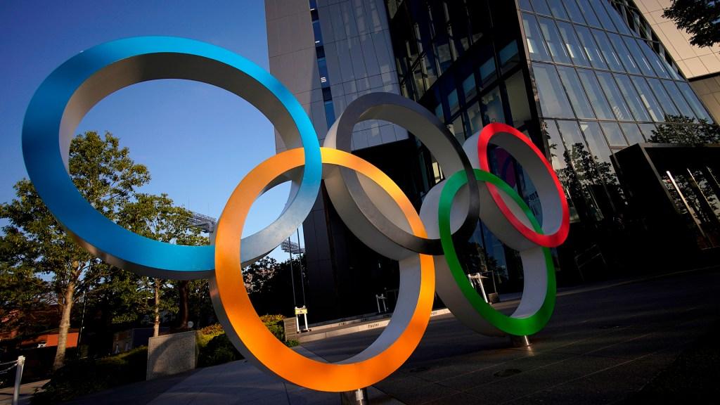 Trabajadores sanitarios de Japón se rebelan contra los JJ.OO. de Tokio - Aros olímpicos en Tokio, Japón. Foto de EFE