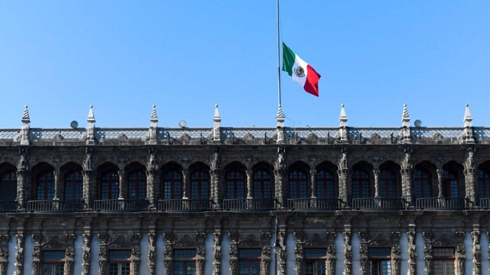 Izan bandera a media asta en Palacio Nacional ante luto por víctimas de colapso en el Metro - Bandera a media asta en edificio de Gobierno de la Ciudad de México. Foto de @GobCDMX