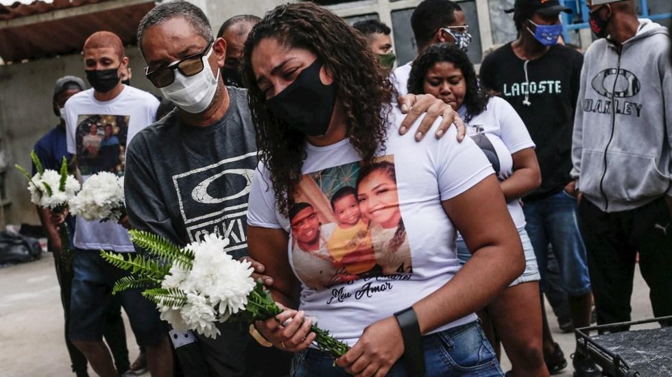 Bolsonaro felicita a la Policía por operativo que dejó 28 muertos - Brasil funeral operativo policial violencia