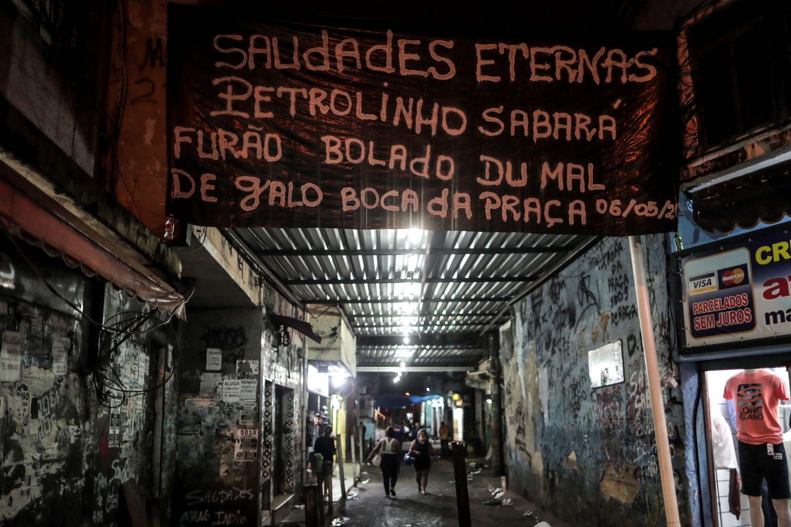 Habitantes de la favela de Jacarezinho ponen una pancarta con los lde los muertos en el operativo contra la banda de delincuentes que domina esa deprimida favela carioca en Río de Janeiro. Foto de EFE/Antonio Lacerda.