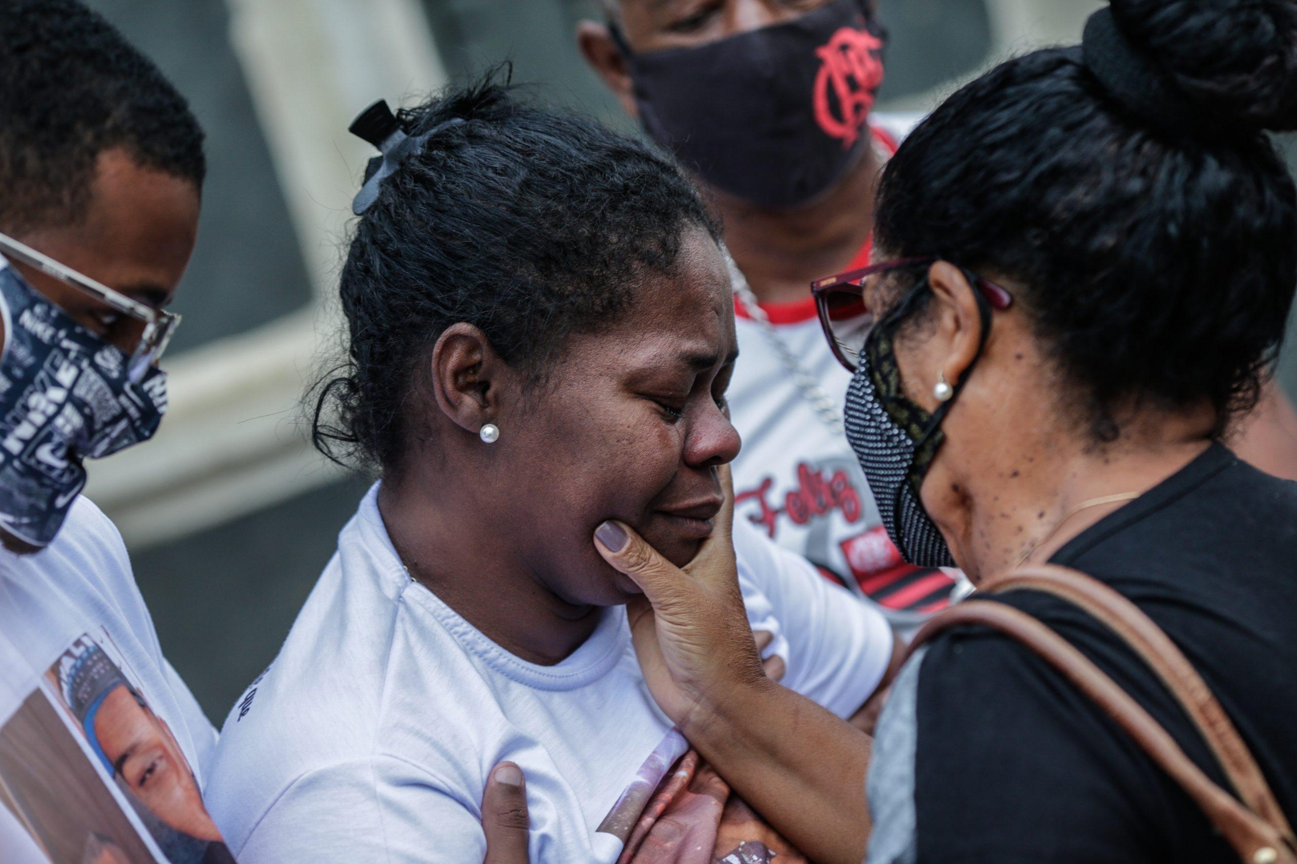 Personas asisten el 8 de mayo al entierro de las víctimas del operativo policial ocurrido en la favela de Jacarezinho en Río de Janeiro, Brasil. Foto de EFE/André Coelho.