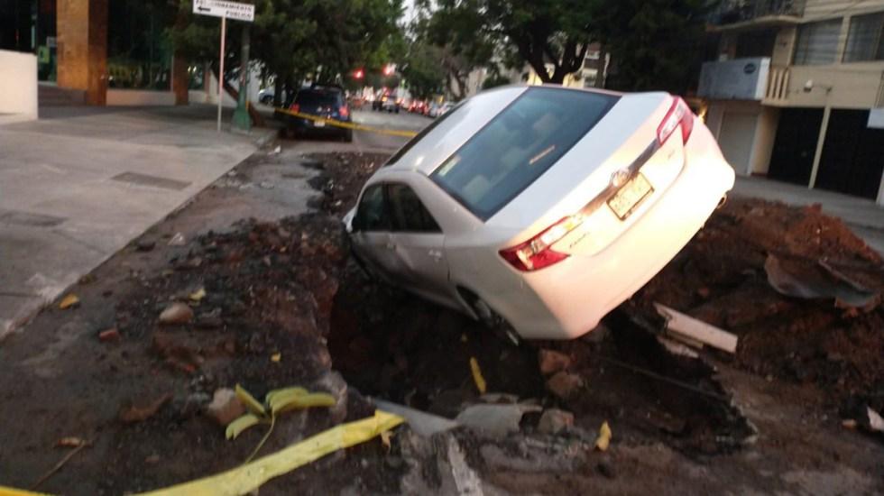 Automovilista cae a zanja en la Benito Juárez - Caída de auto a zanja en la Benito Juárez. Foto de @i_alaniis