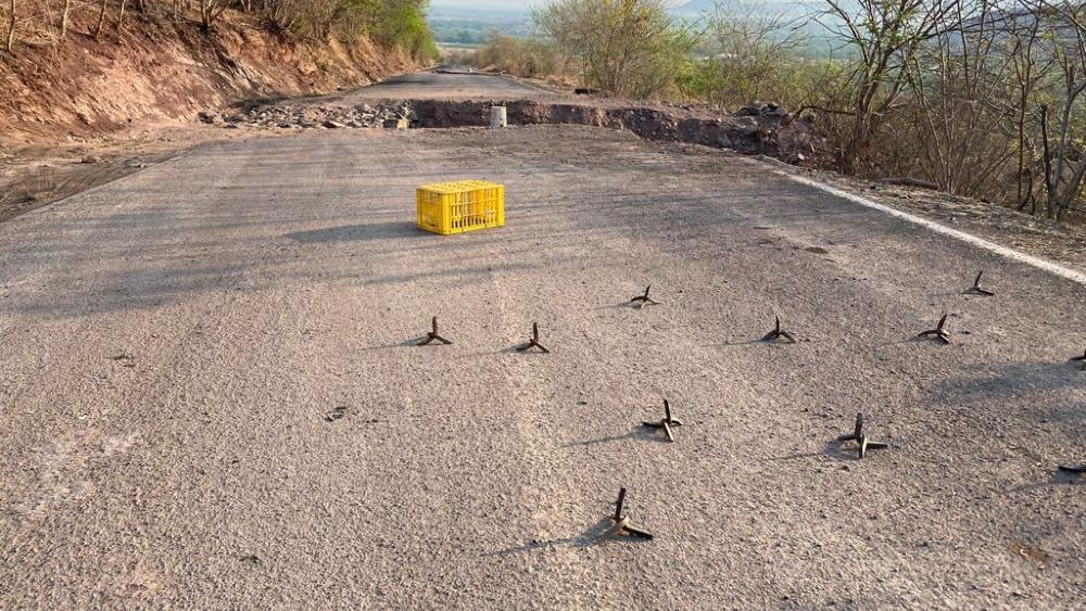 Así bloquean delincuentes los caminos en Aguililla, Michoacán - Caminos bloqueos Aguililla Michoacan