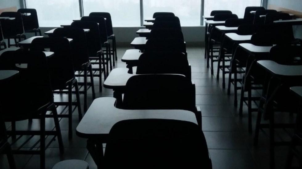 Maestra se quita cubrebocas en clase e infecta de COVID-19 a alumnos - Clases escuelas bancas salón ciclo escolar maestra