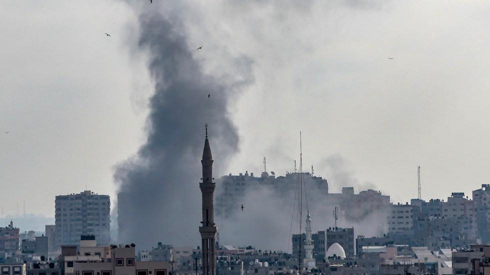 ONU exige a Israel y Hamás el alto al fuego inmediato - Columna de humo en la ciudad de Gaza por ataque israelí. Foto de EFE