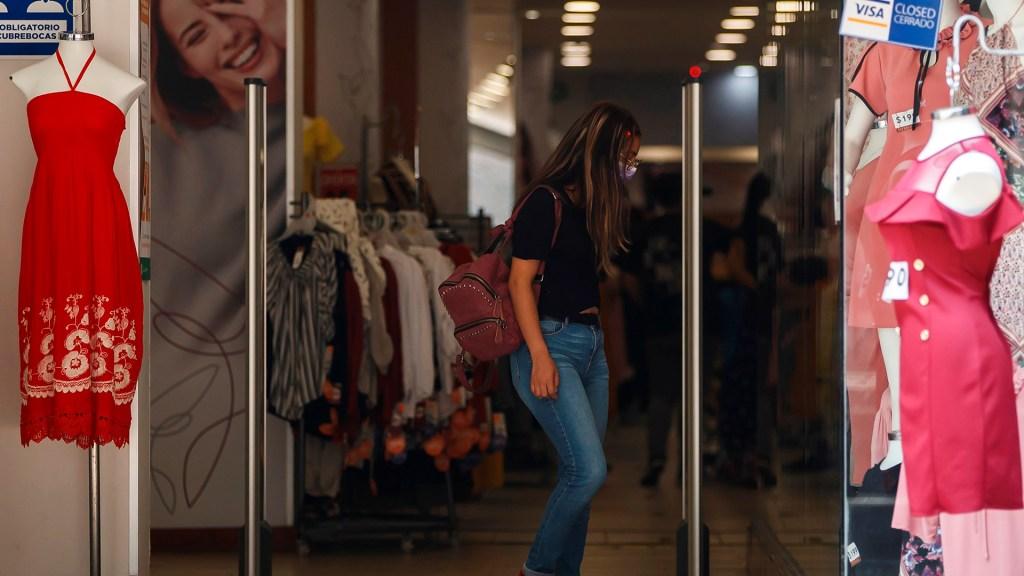 ONU mejora a 4.7 % su previsión de crecimiento para México en 2021 - Compras en tienda de ropa en la Ciudad de México. Foto de EFE