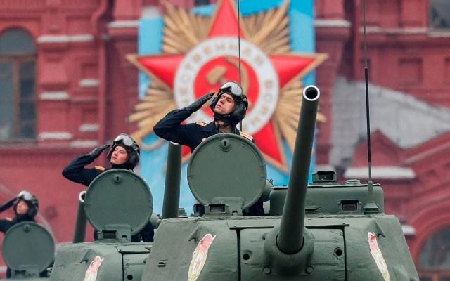 Desfile militar del Día de la Victoria en Moscú - Tanques rusos T-34 de la era soviética ruedan durante el desfile militar del Día de la Victoria en la Plaza Roja en Moscú, Rusia. Rusia celebra su desfile del Día de la Victoria cada 9 de mayo para conmemorar la rendición de la Alemania nazi en 1945. Foto de EFE
