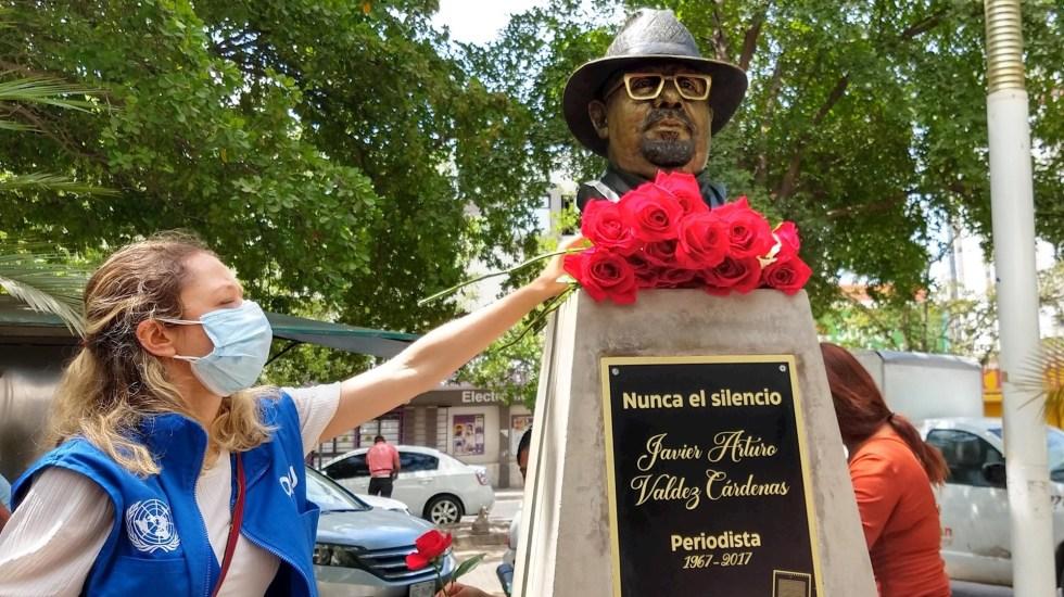 Develan busto del periodista Javier Valdez, asesinado hace 4 años - Una mujer coloca un ramo de flores hoy, en el busto del reportero Javier Valdez, en su cuarto aniversario luctuoso, en Culiacán, Sinaloa. Foto de EFE/Juan Carlos Cruz.