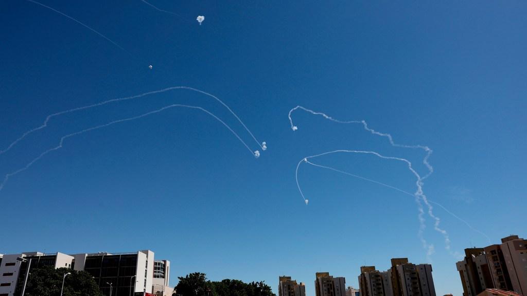 Israel y Palestina, asimétrico conflicto que suma víctimas y resta territorio - El sistema Cúpula de Hierro de Israel intercepta cohetes. Foto de EFE