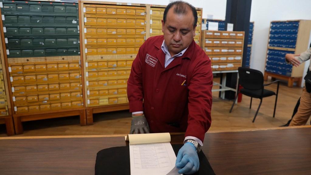México reclama documentos robados de Cortés descubiertos en subastas en EE.UU. - Empleado del Archivo General de la Nación. Foto de EFE