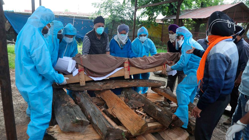 Una persona muere de COVID-19 cada 17 segundos en sur de Asia: Unicef - Funeral India Asia covid19 coronavirus