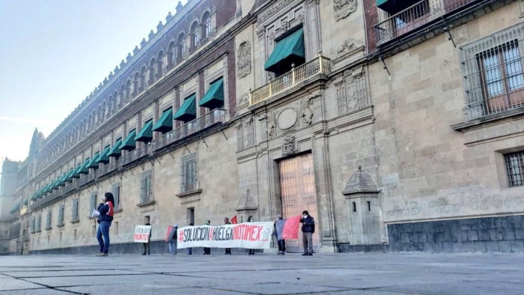 Protestan trabajadores de Notimex afuera de Palacio Nacional - Huelga Notimex Palacio Nacional