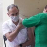 Hugo López-Gatell se vacuna contra el COVID-19 en CDMX