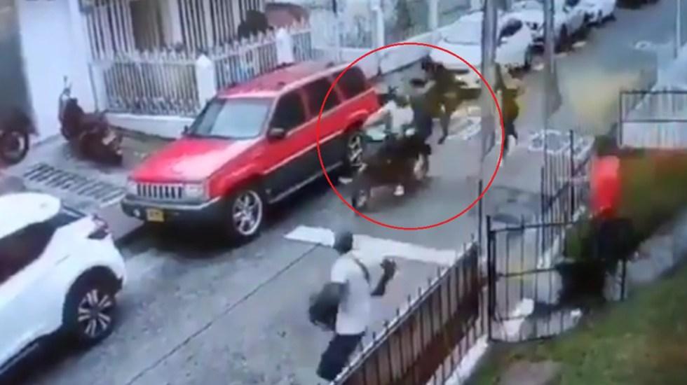 #Video Joven frustra robo en Colombia con patada voladora a delincuentes - 'Jackie Chan' de Pereira, Colombia, frustra robo con patada voladora. Captura de pantalla