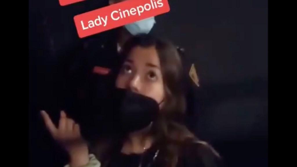 #Video Mujer agrede a empleado de Cinépolis - LadyCinépolis agrede a empleado. Foto tomada de video