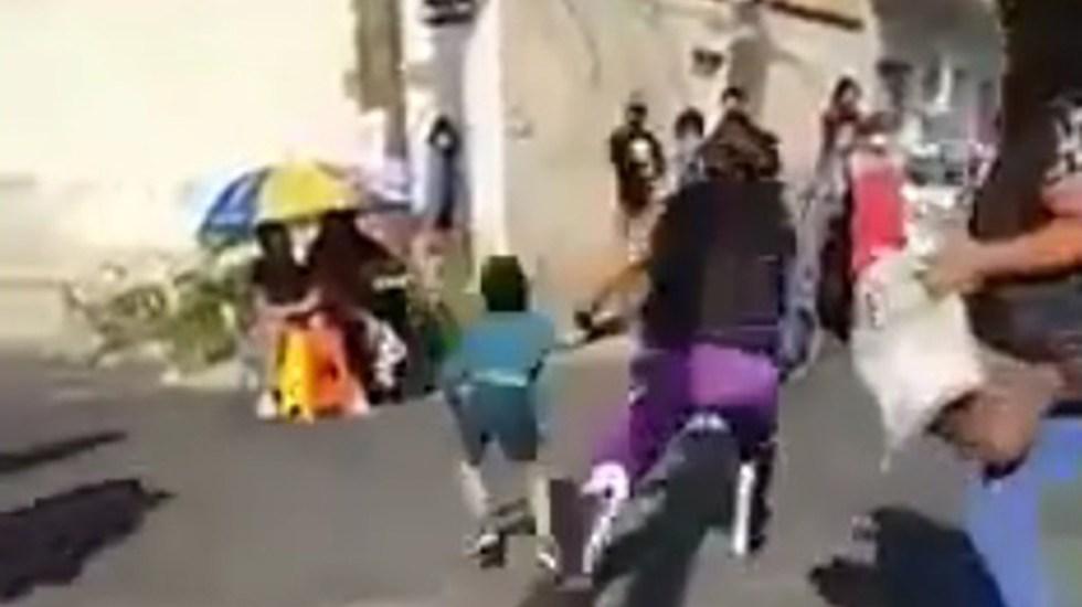 #Video Luchador arroja al piso a niño en CDMX; FGJ lo investiga por lesiones dolosas - Luchador Einar 'El Vikingo' arroja al suelo a niño. Captura de pantalla