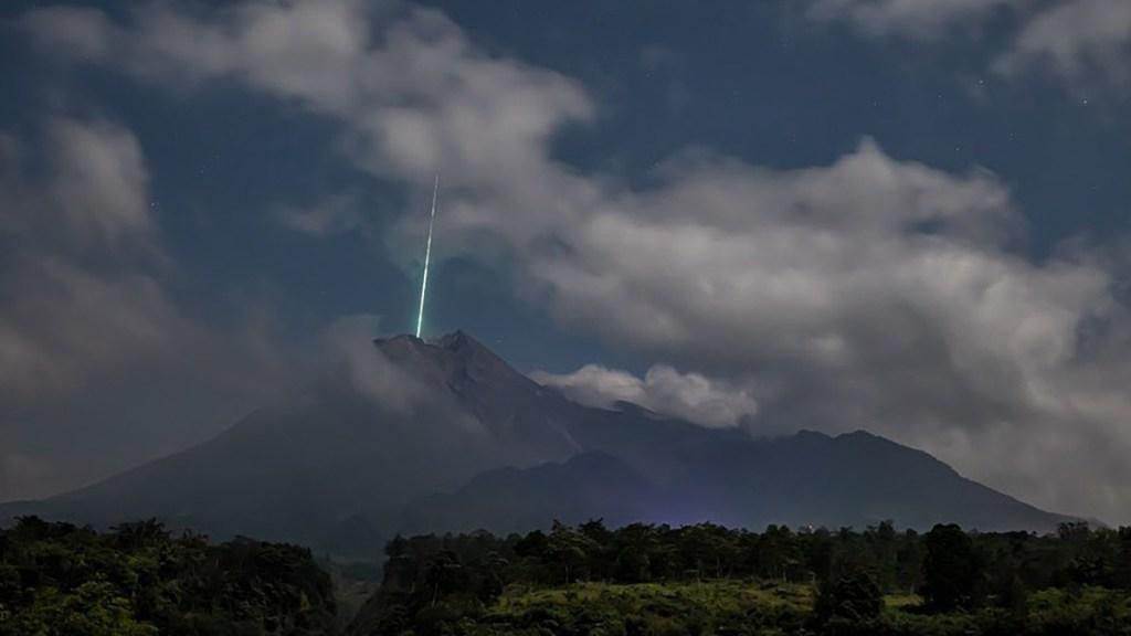 #Video Meteoro cae sobre monte Merapi, volcán más activo de Indonesia - Meteoro sobre monte Merapi en Indonesia. Foto de @gunarto_song