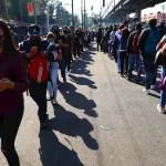 ¿Qué opción de transporte tienen los usuarios de la L12 del Metro de CDMX? - Usuarios del transporte Metro hacen largas filas para abordar autobuses, durante los trabajos del retiro de un vagón que colapso este lunes en la noche, hoy en la Ciudad de México (México). EFE/ Carlos Ramírez