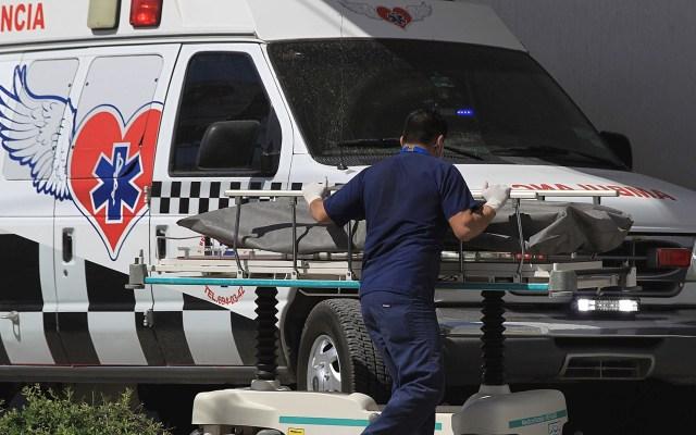 Este domingo México registró mil 578 casos y 36 muertes por COVID-19 - Camillero traslada el cuerpo de una persona fallecida por COVID-19 a la morgue del Hospital General, en Ciudad Juárez, Chihuahua. Foto de EFE/Luis Torres.