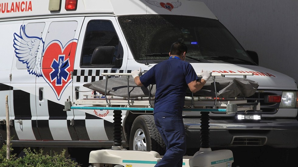 En México el 40 % de muertes maternas en 2021 han sido por COVID-19 - Camillero traslada el cuerpo de una persona fallecida por COVID-19 a la morgue del Hospital General, en Ciudad Juárez, Chihuahua. Foto de EFE/Luis Torres.