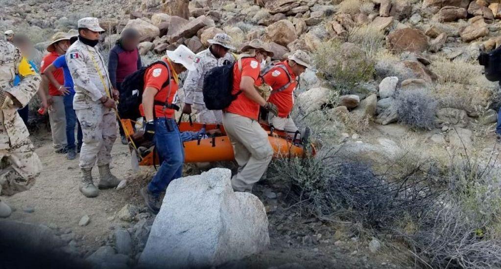 Rescatan a migrante abandonado en zona desértica de montañas en Baja California - Migrante Rescatado por Grupos Beta del INM, y por elementos de la Sedena, en Tecate, Baja California. Foto de INM.