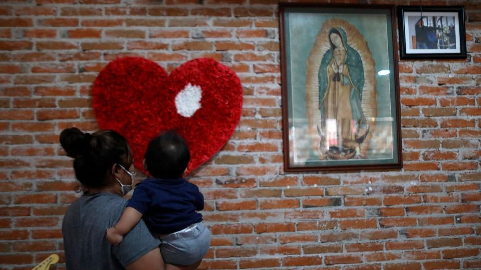Migrantes fijan su esperanza en México ante incertidumbre de llegar a EE.UU. - La migrante salvadoreña Roxana Villafuerte carga un niño, en Casa Mambré, Ciudad de México. Foto de EFE