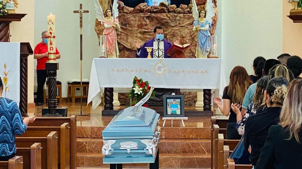 Asesinan a estudiante de Química en Tijuana; se negó a fabricar drogas para el narco - Misa de cuerpo presente de Juan Manuel. Foto de Milenio