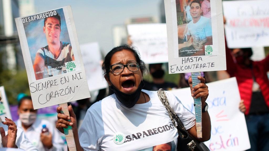Más de 13 mil personas se reportaron como desaparecidas durante confinamiento por COVID-19 - Mujer en búsqueda de su hijo desaparecido, durante marcha de madres en la Ciudad de México. Foto de EFE