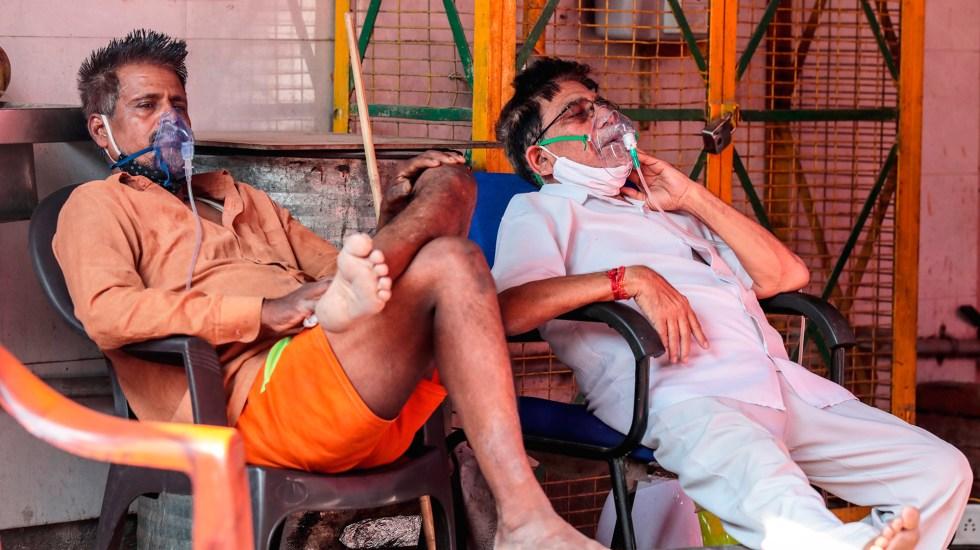 India registra más de 400 mil casos de COVID-19 por cuarto día consecutivo - Paciente de COVID-19 con oxígeno, en Nueva Delhi, India. Foto de EFE
