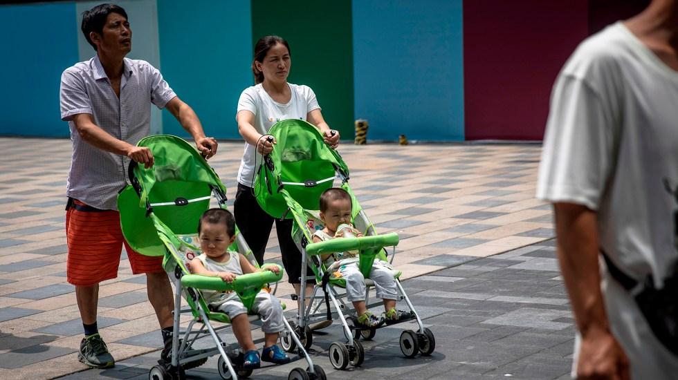 China permite un tercer hijo para contrarrestar crisis demográfica - Pareja en China con dos hijos. Foto de EFE