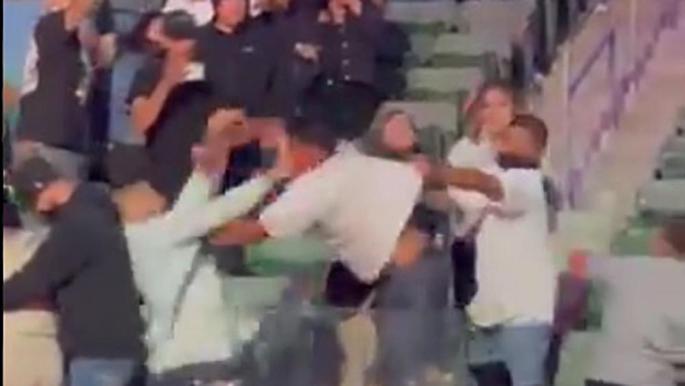 #Video Aficionados pelean previo al encuentro Ruiz vs Arreola - Pelea de aficionados en gradas previo a encuentro Ruiz vs Arreola. Captura de pantalla / MikeCoppinger