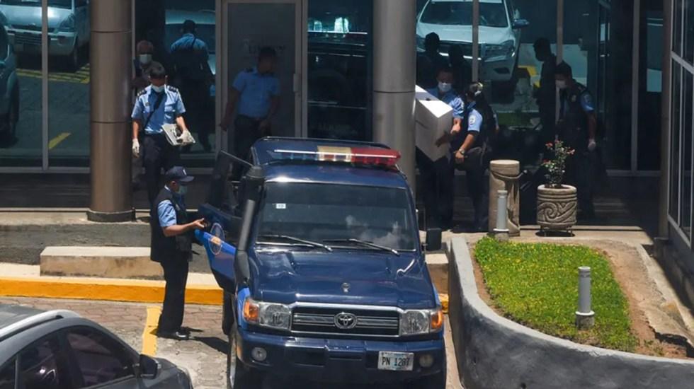 Policía de Nicaragua allana oficinas de medios críticos al Gobierno de Daniel Ortega - Policías sacan computadoras y equipo de oficinas de Confidencial y Esta Semana. Foto de Confidencial