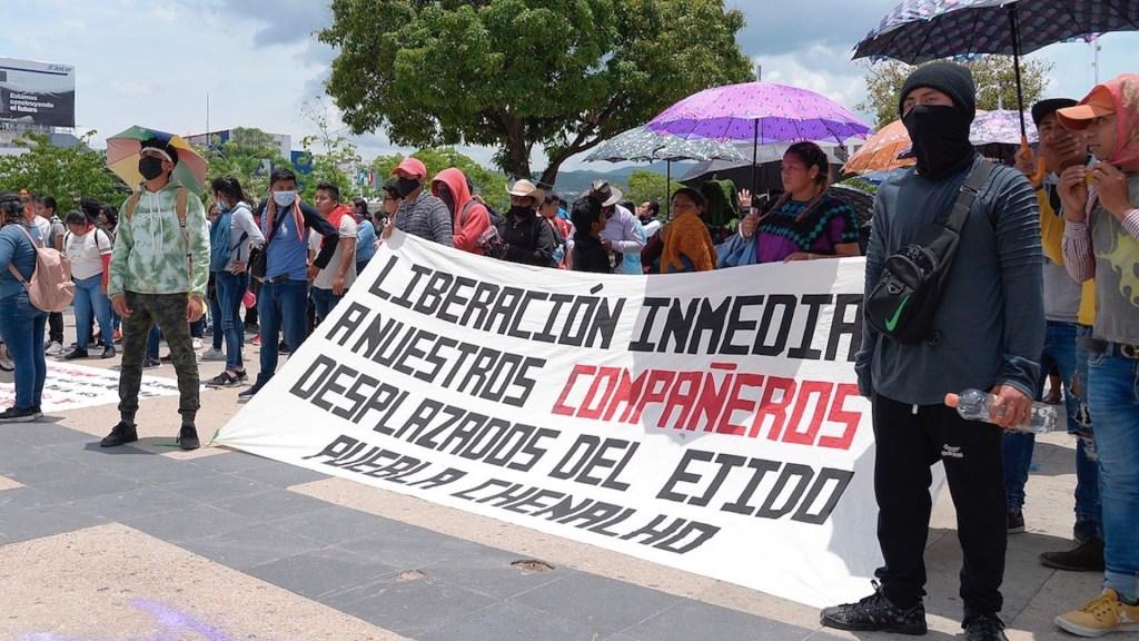 Marchan para exigir justicia por casos Ayotzinapa y Mactumactzá - Marchan para exigir justicia por casos Ayotzinapa y Mactumactzá. Foto de EFE