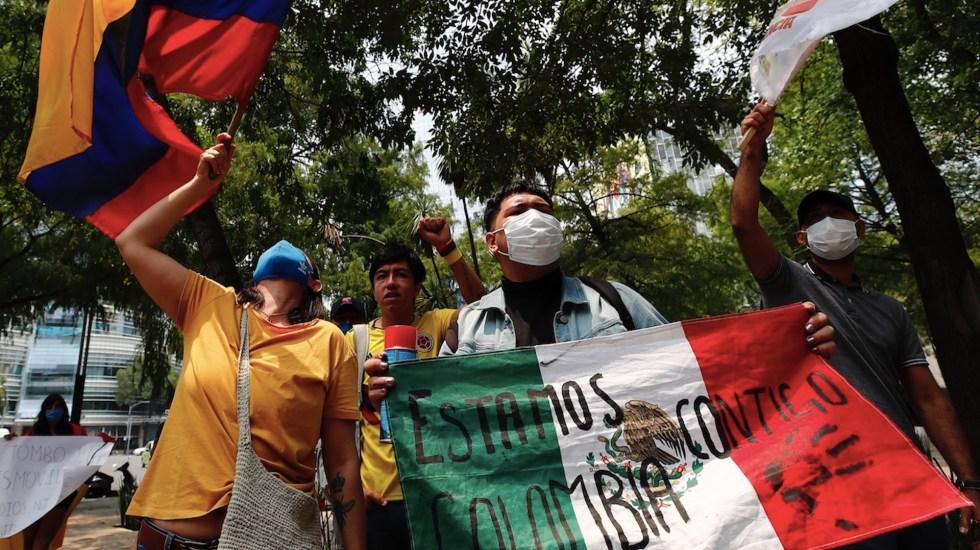 Protestan en Embajada de Colombia en México contra la represión - Protestan en la Embajada de Colombia en México contra la represión. Foto de EFE
