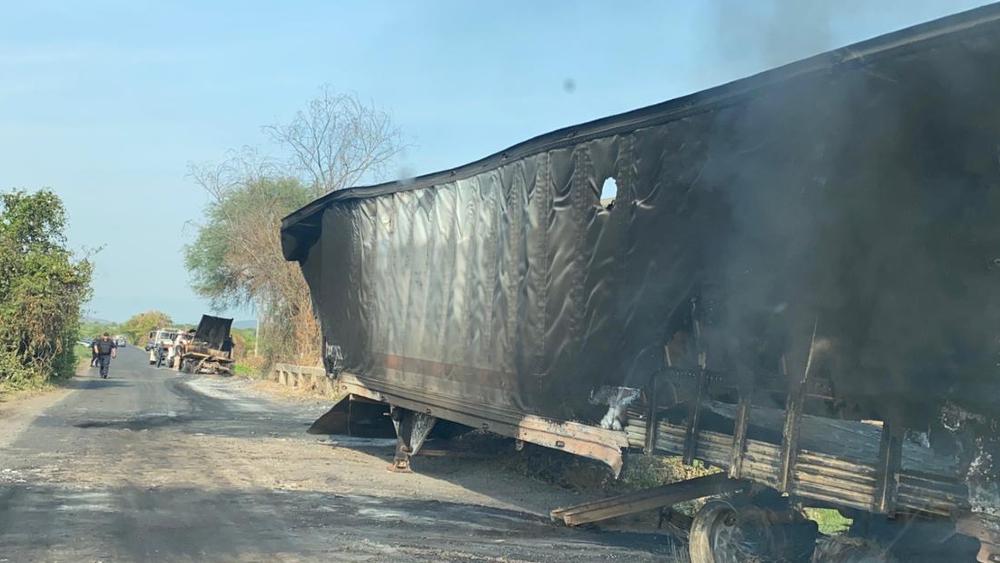No para la violencia en Aguililla: queman un camión en carretera - Trailer quemado Aguililla Michoacan