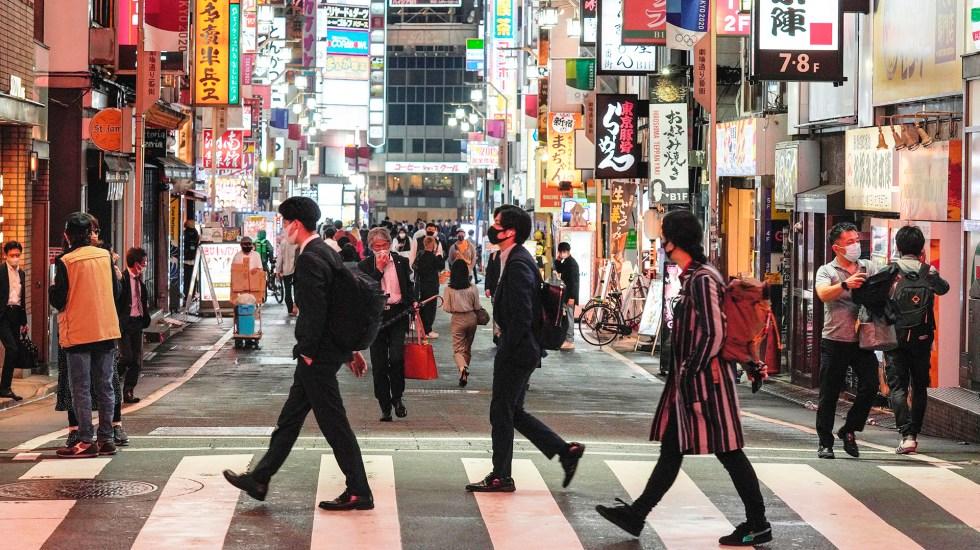 Japón amplía zonas en estado de emergencia por COVID-19 y lo prolonga al 31 de mayo - Transeúntes en Tokio, Japón, durante cuarta ola de COVID-19. Foto de EFE