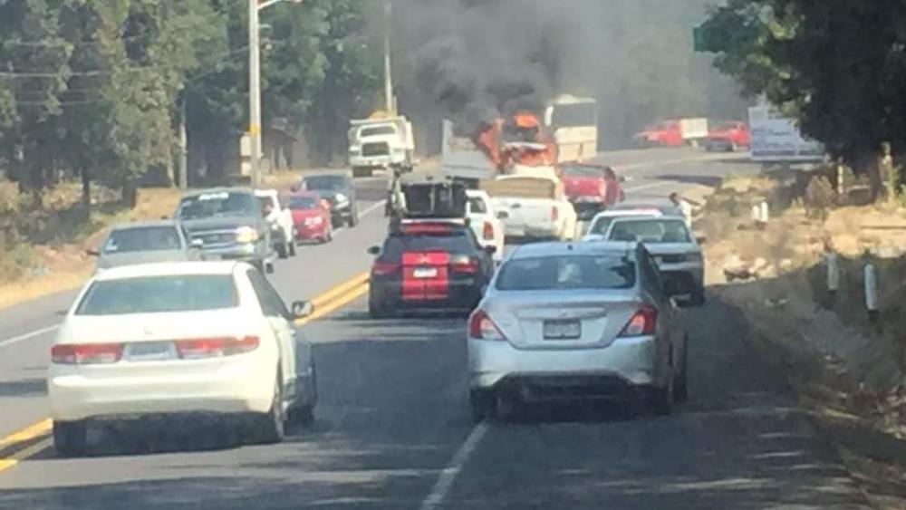 Delincuentes matan a cinco hombres e incendian autos en Michoacán - Uruapan Michoacan bloqueos