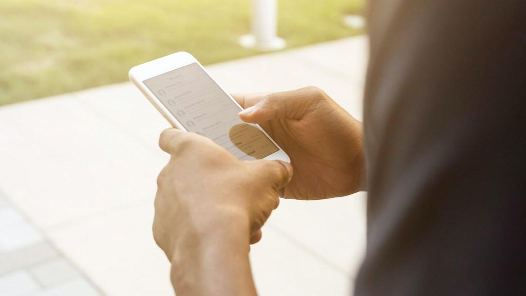 IFT no tiene las condiciones para levantar el padrón de celulares; necesita 700 mdp: comisionado Sóstenes Díaz - Uso del celular. Foto de LinkedIn Sales Solutions / Unsplash