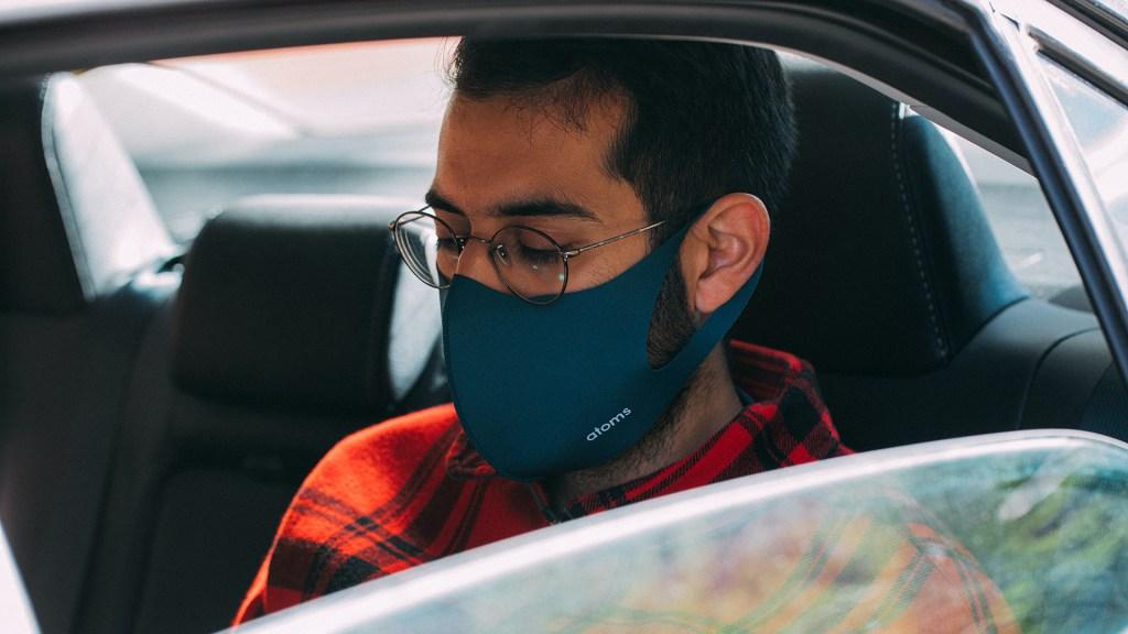 EE.UU. brindará viajes gratis en Uber y Lyft para ir a vacunarse - Usuario de Uber con cubrebocas. Foto de Charles Deluvio / Unsplash